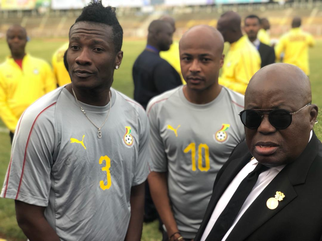 Ghana President Nana Addo in a pose with Captain Asamoah Gyan and his deputy Andre Ayew