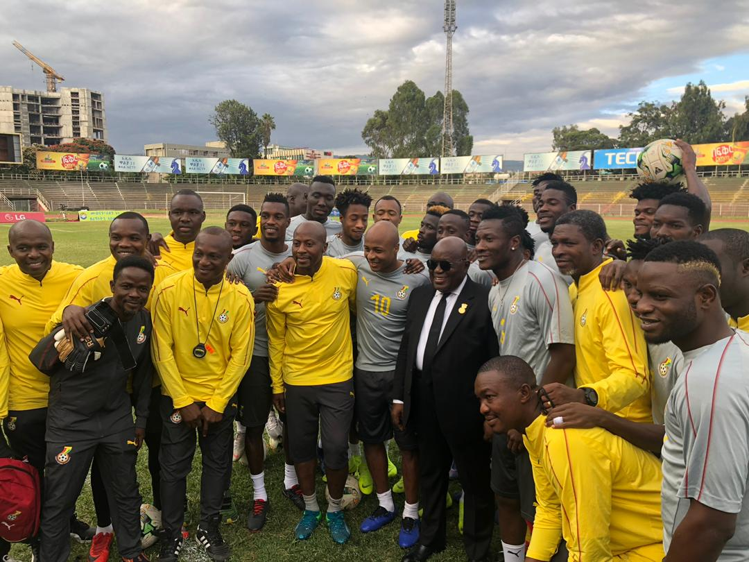 President Nana Addo poses with members of the technical team and the players as well as team officials